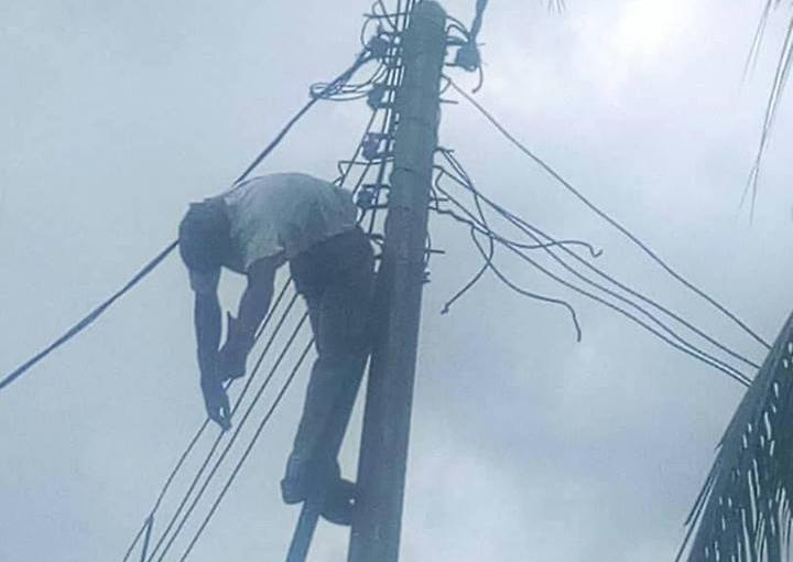 HAPPENING NOW!!! Electrician working on an electric pole in Portharcourt electrocuted to death by high tension cables (photos)
