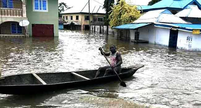 Sokoto residents turns canoe  paddlers after heavy downpour (photos)