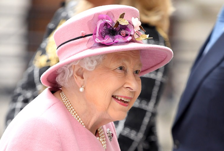Intruder jumps into Buckingham Palace through the fence, into Queen Elizabeth's room while she wassleeping