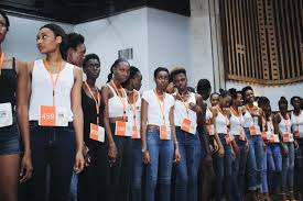 GTBANK fashion week: Crowd who were not allowed into the venue breakswall